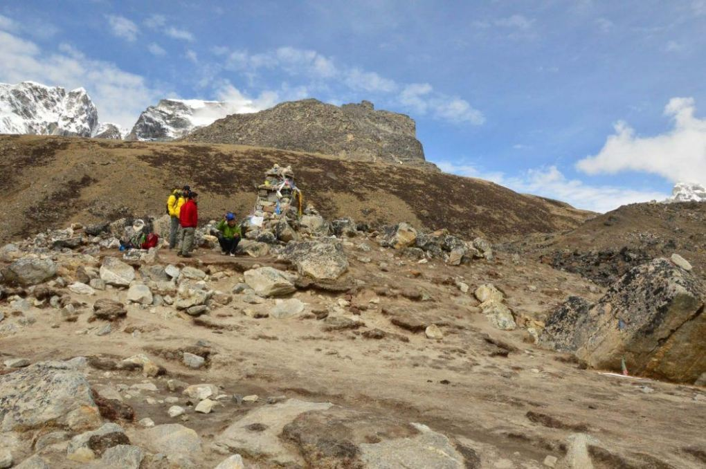 graves and tributes to those who have died climbing mount everest