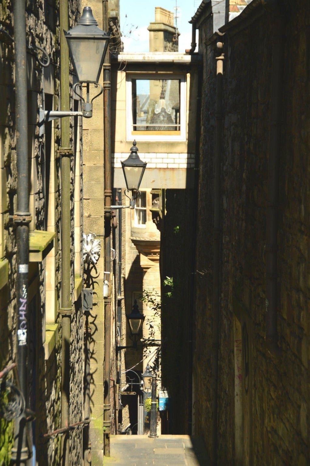 edinburgh lane way with street lamps