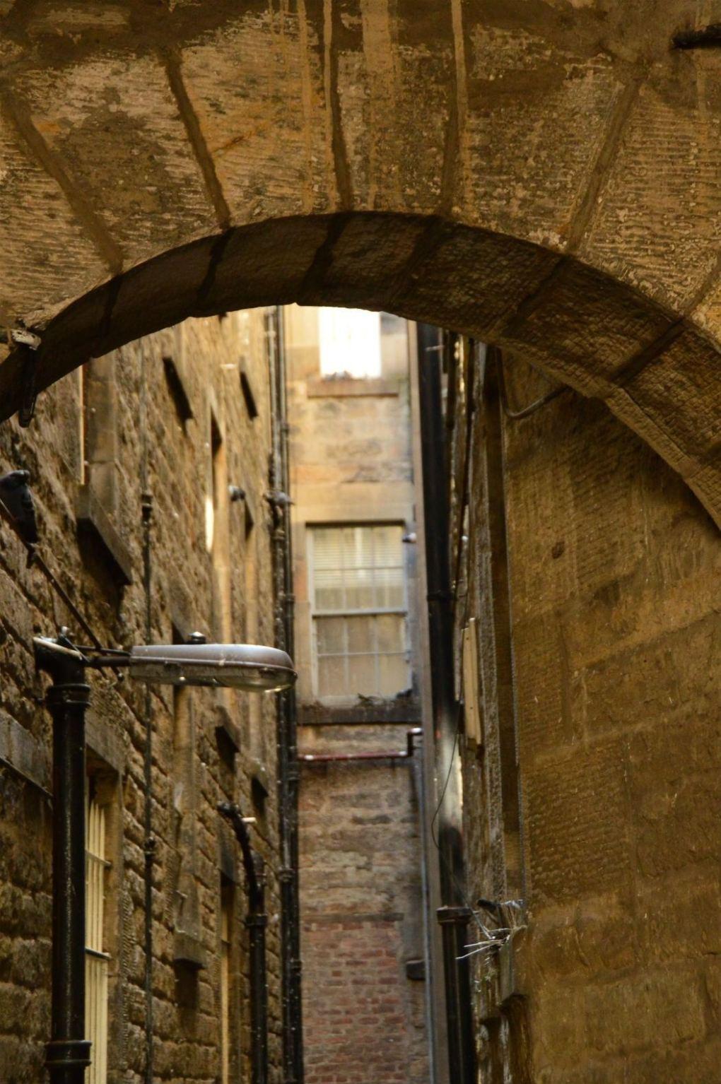 small narrow side street in edinburgh