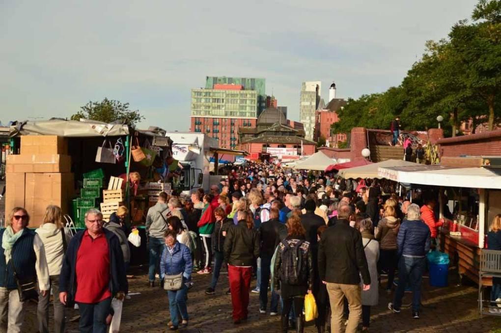 germany_hamburg_fish-market-crowd