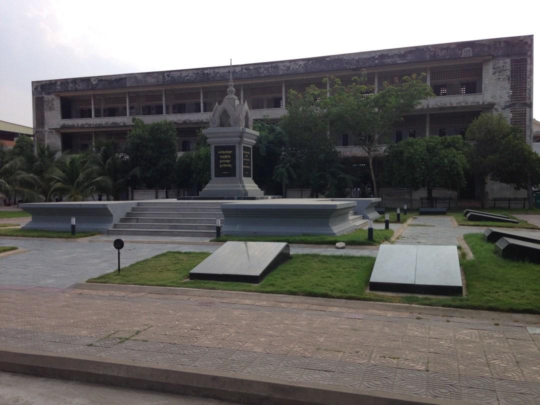 Tuol-Sleng-Genozid-Museum_thebraidedgirl