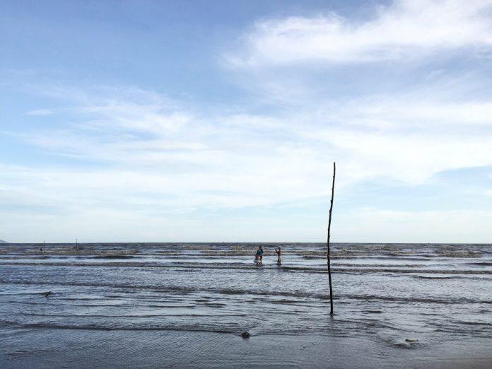 cangio-sky-sea-beach-people-thebroadlife