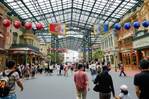 entrancepath-shops-disneyland-thebroadlife-travel-tokyo-japn