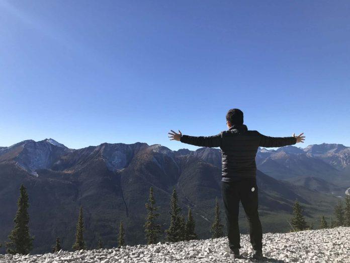 Khoi Nguyen visit Banff Gondola, traveling makes you smarter