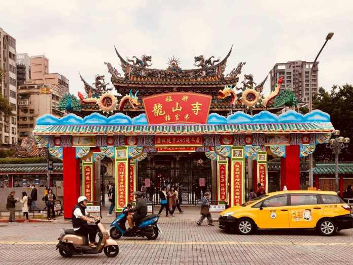 Lungshan Temple with view of the entrance