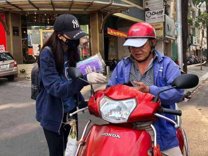 free masks are given on the road of Ho Chi Minh City to prevent coronavirus