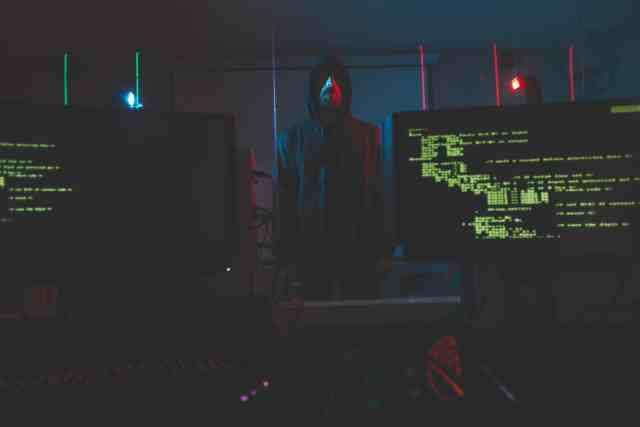 Bilgisayar odasında siber terörist