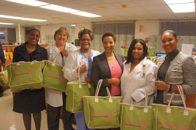 Pinkwell ambassadors and health care providers from Advocate Health Partners work to distribute Barb's Bag™ during Pinkwellchick.org's Bag It™ for the Cause event in Chicago. (Photo: Pinkwellchick.org)