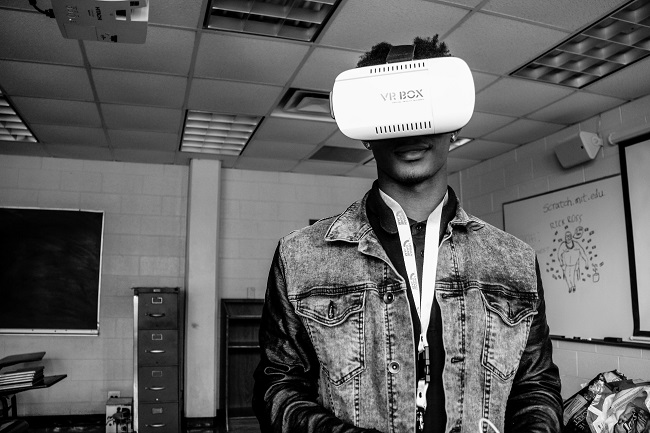 An Usher's New Look participant experiments with VR technology (Photo Credit: Tommy Springer, Jr.).