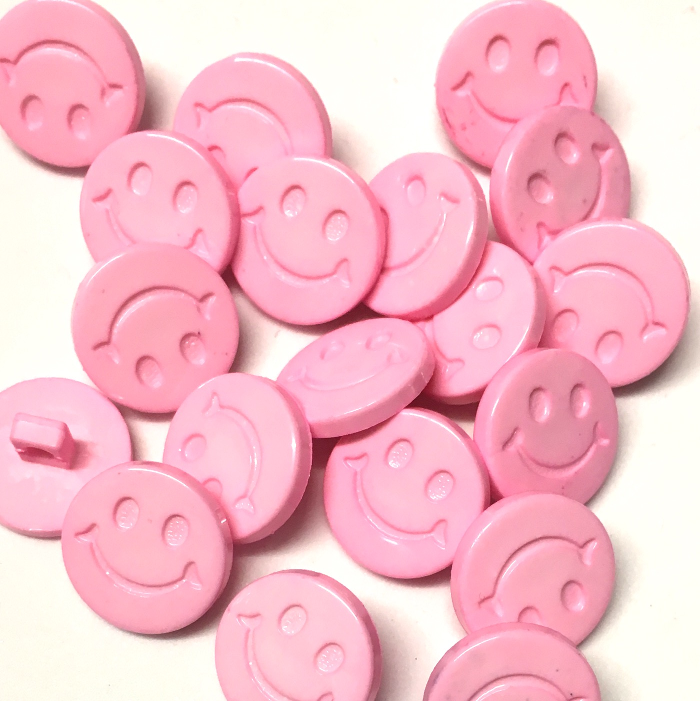 ~ FASHION//CRAFT 16mm x 10mm 10 x CREAM BOW SHAPED BUTTONS 26L