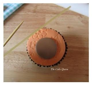 Usa un espagueti para hacer una raya en el centro de nuestro círculo
