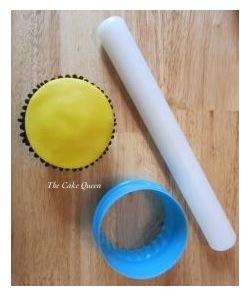 Corta un círculo de fondant de color amarillo