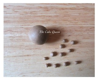 Usando el mismo marrón que usamos para el pelito y los cuernitos vamos hacer 10 o 11 bolitas muy pequeñitas, estas bolitas las vamos a aplanar con nuestros dedos y las pegaremos por toda la carita