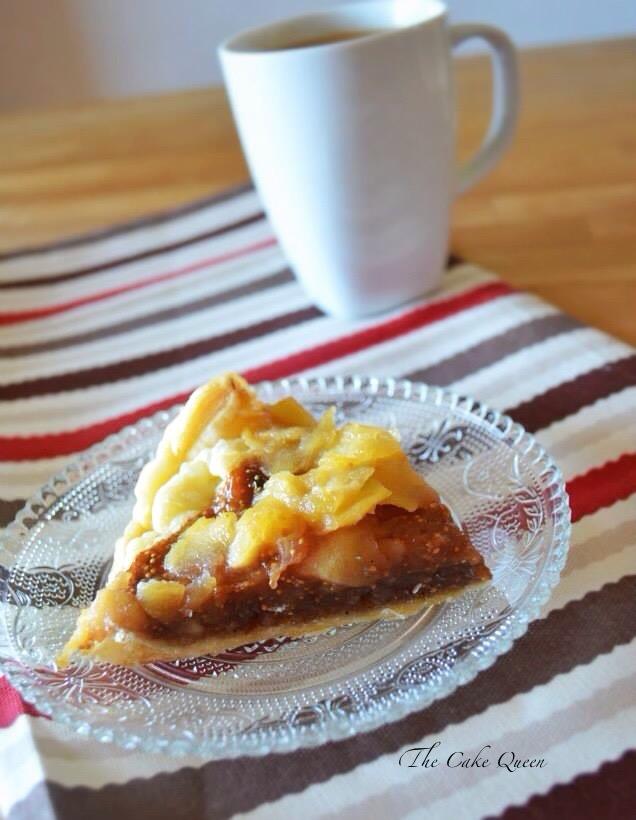 Tartaleta de higos y manzana, su base de hojaldre es crujiente, y sobre éste tienes higos y manzanas, un postre delicioso y bajo en azúcares