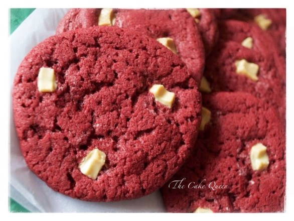 Galletas de red velvet con chispas de chocolate blanco