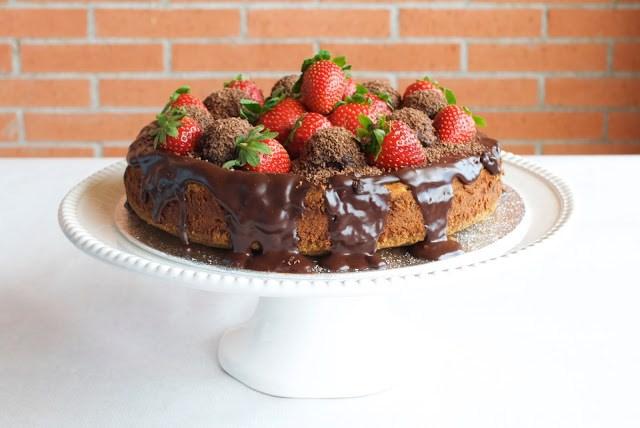 Cheesecake de chocolate, con fresas en el tope, la combinación de la cheesecake, el chocolate y las fresas es maravillosa