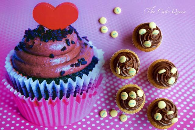 Cupcakes de vainilla con crema de chocolate con lacasitos white de decoración y en el centro te podrás encontrar una linda sorpresa: más lacasitos white