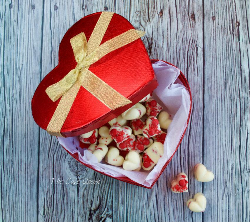 Bombones de chocolate blanco con mini Lacasitos, si los guardas en una caja roja en forma de corazón es aún más romántico