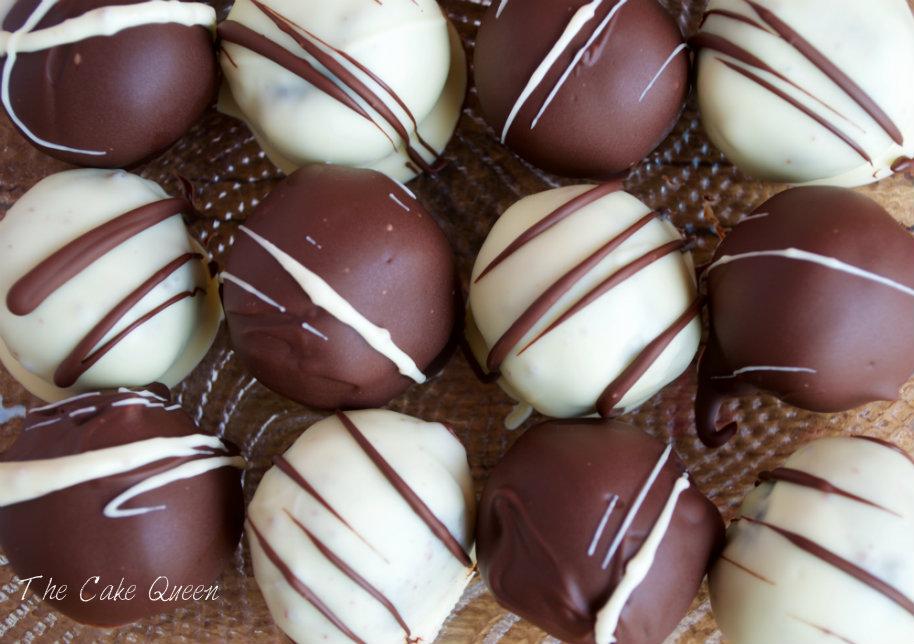 Vista cenital de los Cake balls de sobaos pasiegos con ganaché de chocolate (bolas de sobaos pasiegos con queso crema y ganaché de chocolate)
