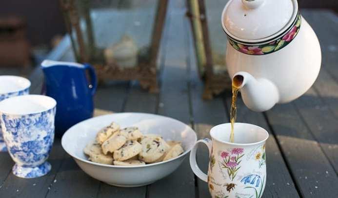 tea-lm-outside-arrival