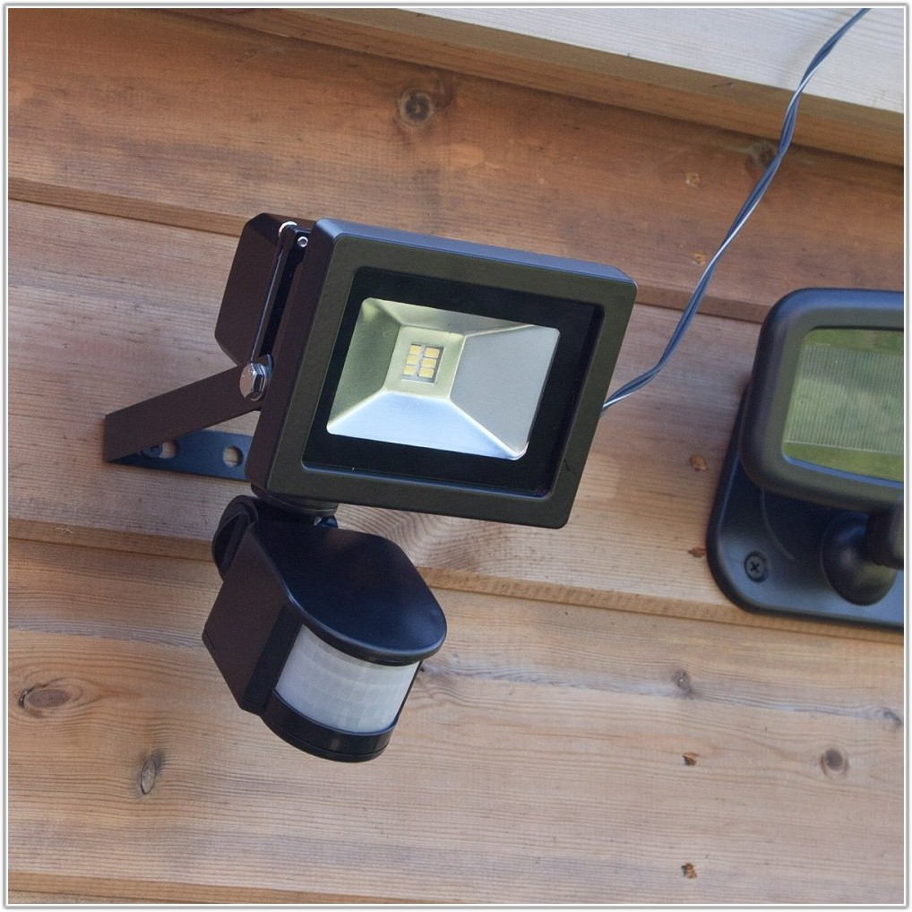 Battery Operated Outdoor Light With Sensor