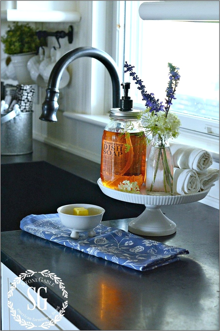The Family Kitchen Glass Decore Plate Stand