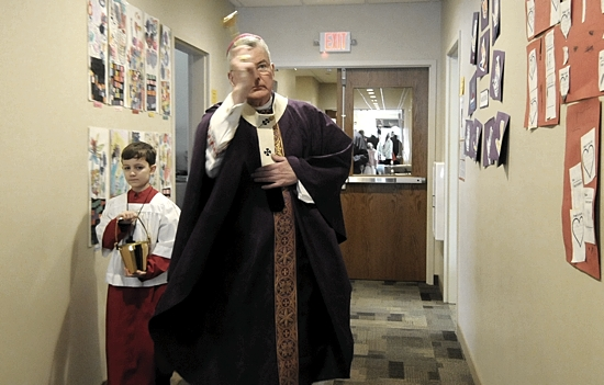With the help of 10-year-old Oscar Heinkel, Archbishop Nienstedt blesses the offices and classrooms of the new building.