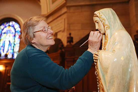 Fatima-statue-with-artist
