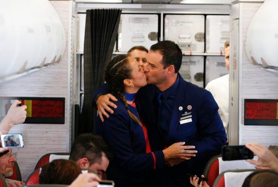 Carlos Ciuffardi Elorriaga and Paula Podest Ruiz kiss after impromptu wedding ceremony by Pope Francis aboard his flight