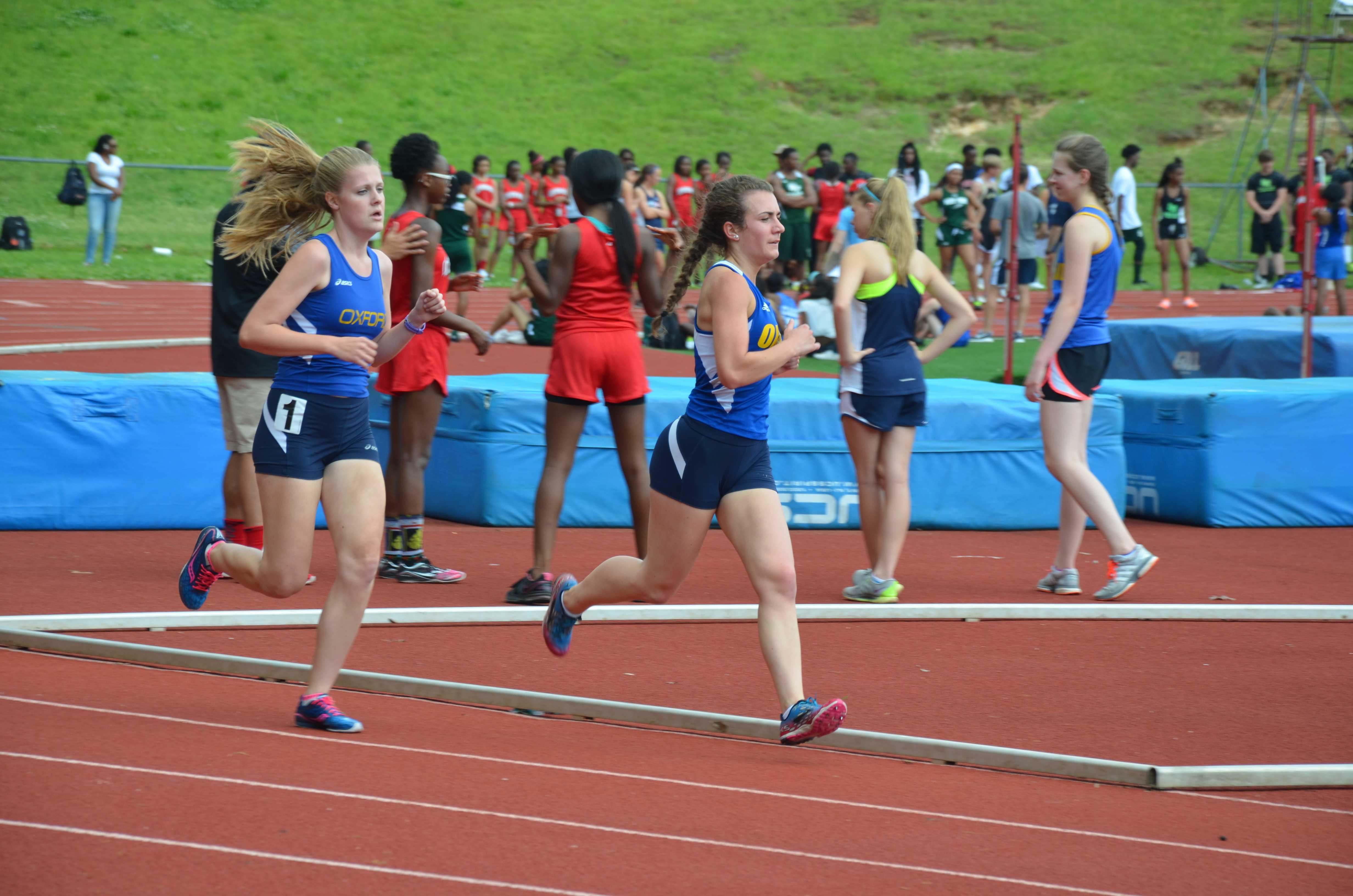 Margaret+Pepper+Adams+%26amp%3B+Emily+Hankins+run+the+girls%27+3200+meter.+