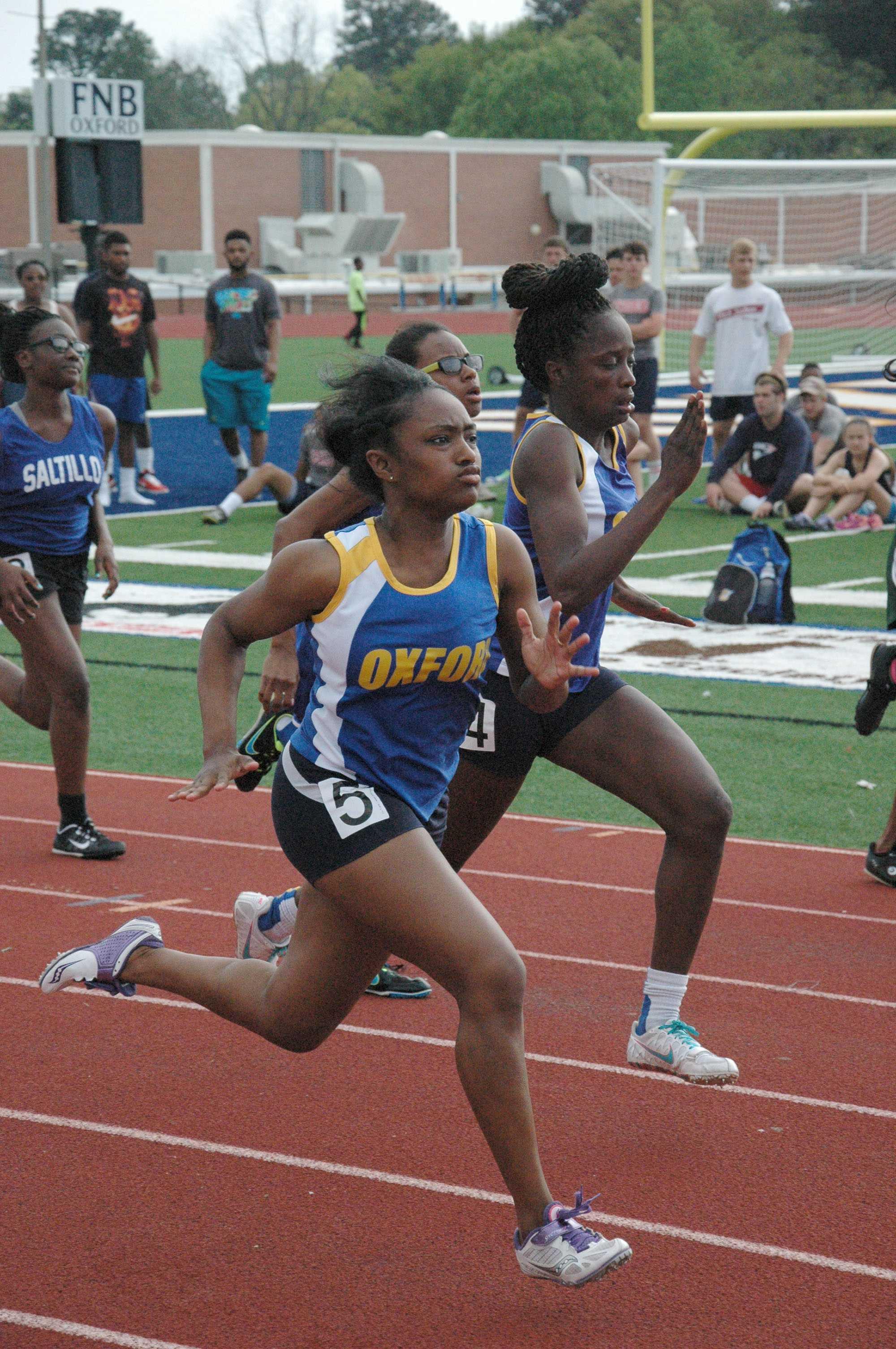 Montayshia+Wadley+and+Tiara+King+running+the+girls%27+100+meter+dash.+