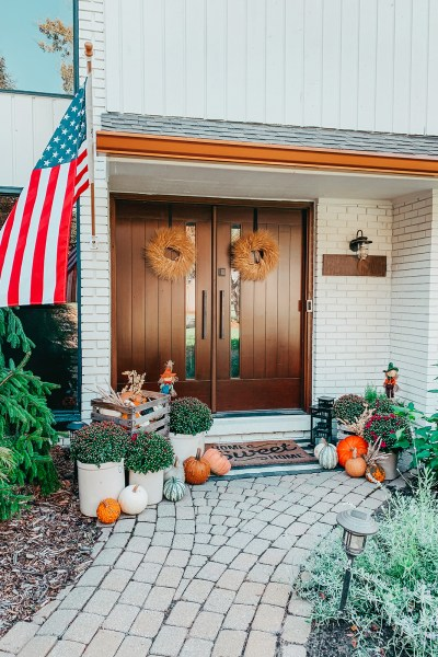 It's that time, peeps: I'm sharing my 2021 fall front porch decor today! From all things pumpkins to mums, we're decking the front door with them!