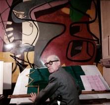 Atelier 35, rue de Sèvres, Paris, Devant la peinture murale, Femme et coquillages (1948)