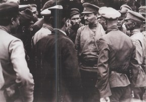 Trotsky talking with a group of soldiers