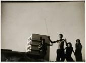 T. LUX FEININGER (1910–2011) Bauhaussportplatz, 1928; Albert Mentzel, Georg Hartmann, Myriam Manuckiam (koko) und Naftalie Rubinstein auf dem Bauhaussportplatz, 1928; Stiftung Bauhaus Dessau/Nachlass T. Lux Feininger