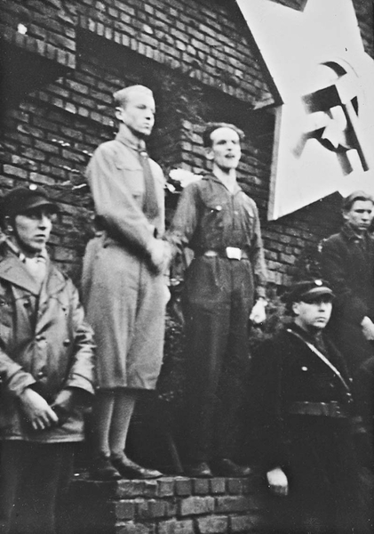 Eberhard Hesse (1911-1986, left) and Gabo Levin (1906-1995, right) at the protest rally on February 10, 1933 before the Monument to the Revolution [Revolutionsdenkmal].