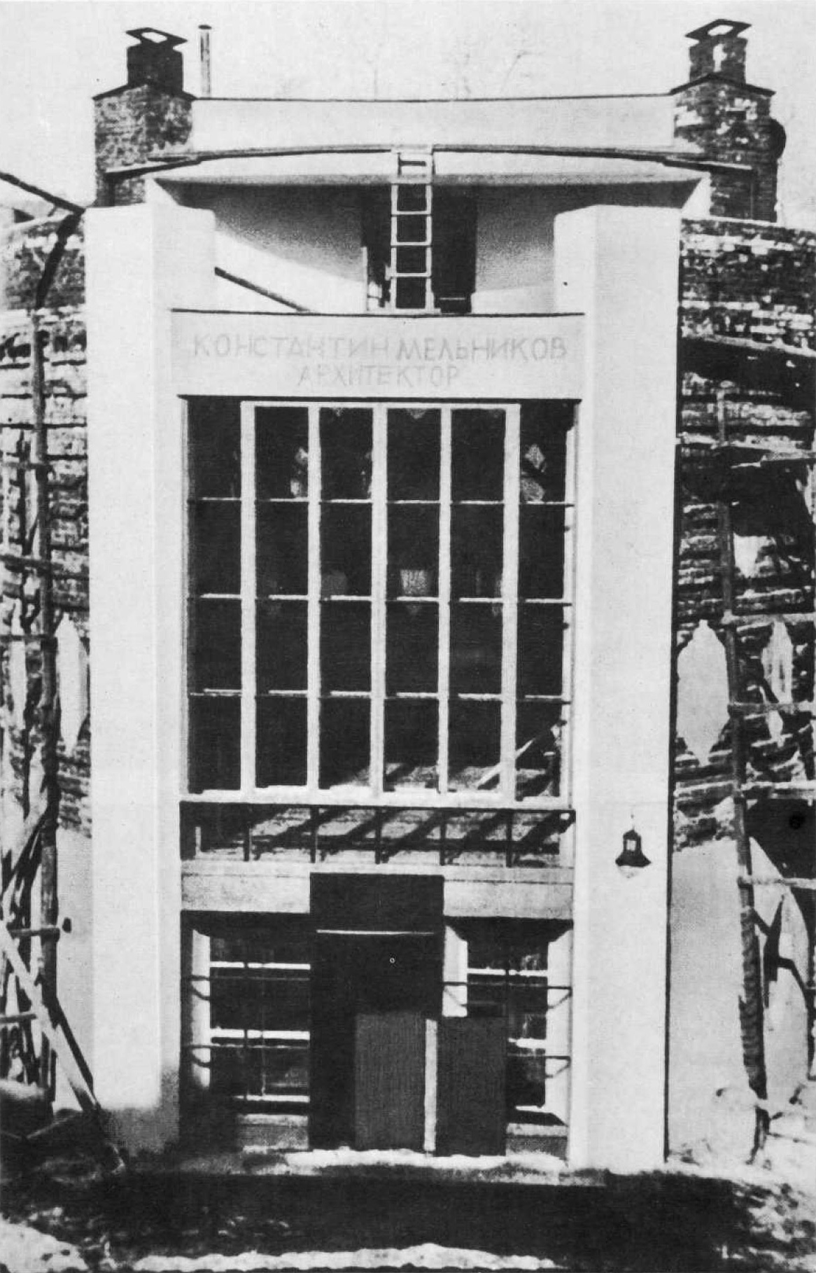 The main facade of Mel'nikov's house completed while the rest is still under construction (1928)