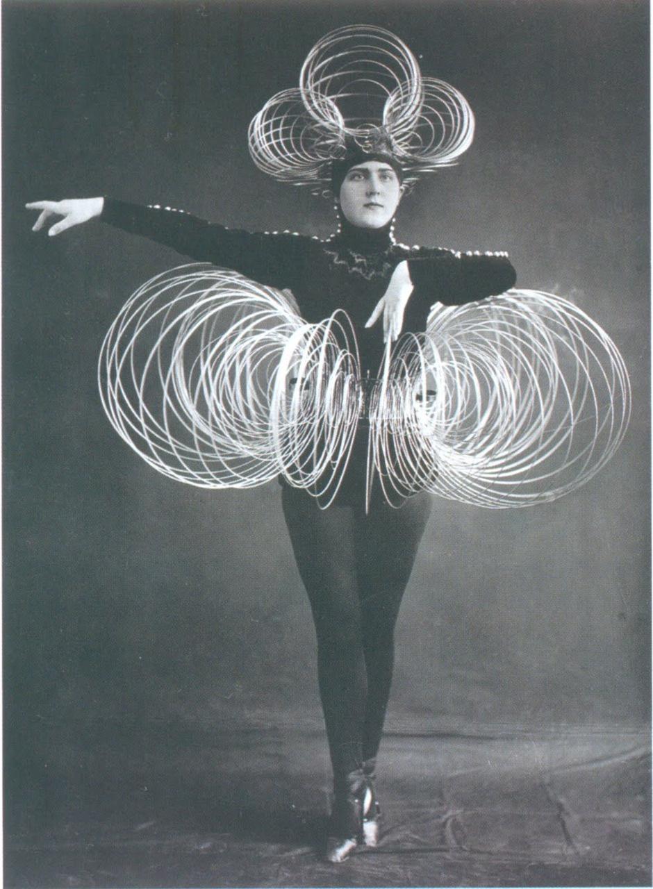 oskar_schlemer_sprial costume 1926