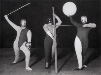 Illustration 6a: Form dance (Oskar Schlemmer, Werner Siedhoff, Walter Kaminskii). Photo by Erich Consemüller.