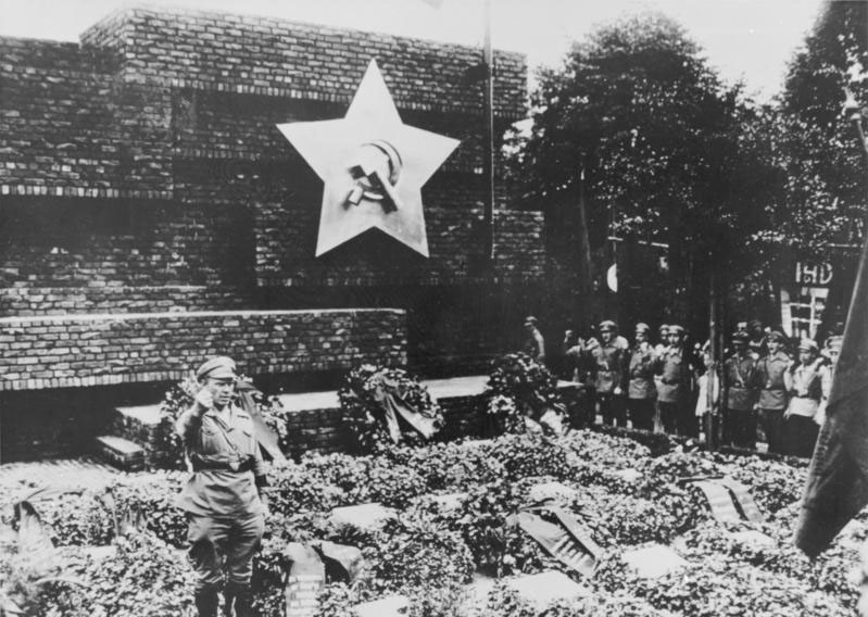 Ernst Thälmann, leader of the German Communist Party (KPD) talks at the unveiling of Mies van der Rohe's Monument to Rosa Luxemburg and Karl Liebknecht in the Friedrichsfelde cemetery in Berlin (June 13, 1926)