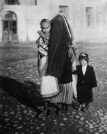 РКАДИЙ ШАЙХЕТ Все в прошлом. Узбечка в парандже и с детьми. Узбекистан, 1928