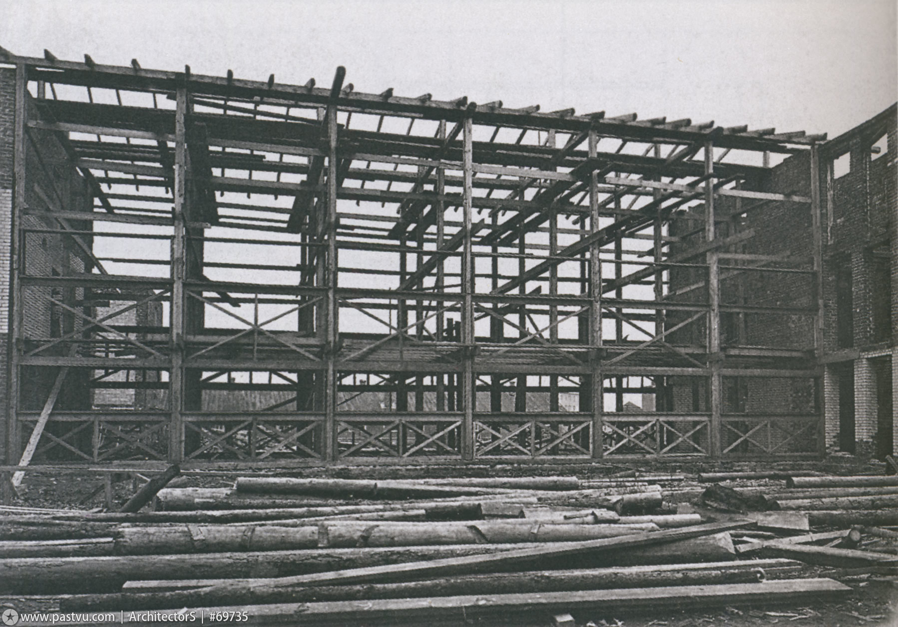 Building the main section of Narkomfin