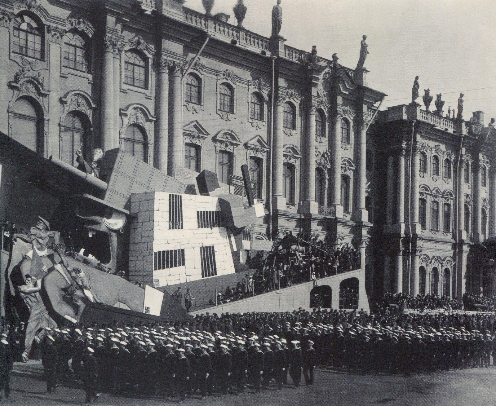 Колонны моряков проходят мимо трибун ан площади Урицкого. 1 мая 1931 года. Фотография Ленсовета.