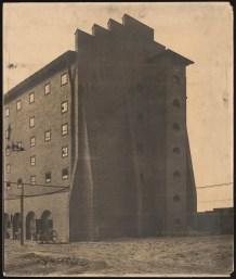 Hans Poelzig (1869-1936) Chemische Fabrik, Luban (1909-1911) Schwefelsäure-Fabrik, Giebelansicht Foto Foto auf Karton 62,00 x 51,00 cm Inv.-Nr. 2642