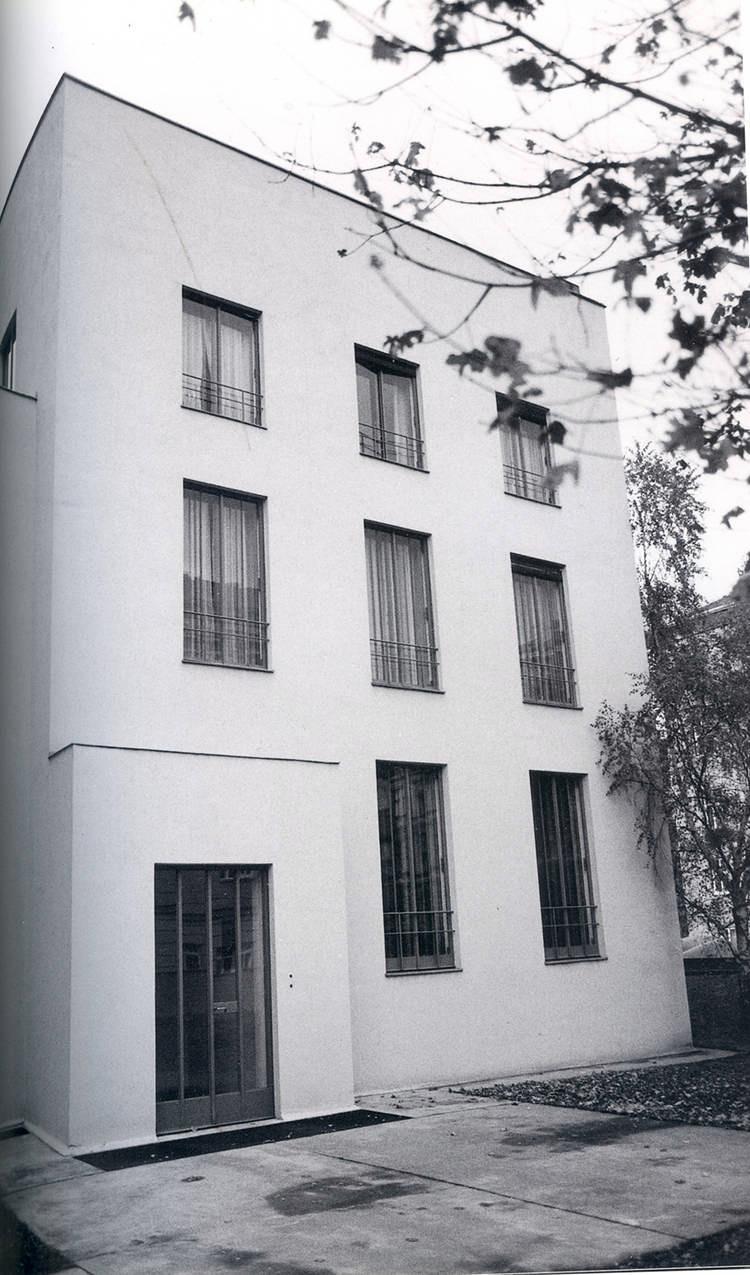 HAUS WITTGENSTEIN. Fachada principal, donde el acceso está destacado por el volumen donde se ve la puerta (The Wittgenstein House, Bernhard Leitner, Princeton Architectural Press).