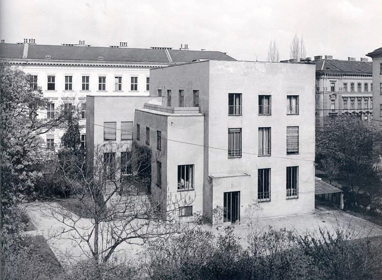 HAUS WITTGENSTEIN. Fachada Sur de la casa en su estado original, foto de 1971 (The Wittgenstein House, Bernhard Leitner, Princeton Architectural Press).
