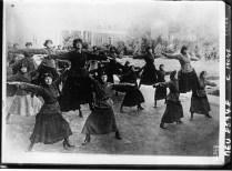 Женщины-солдаты занимаются гимнастикой 1920 год. Советская Россия в годы революции. 1920