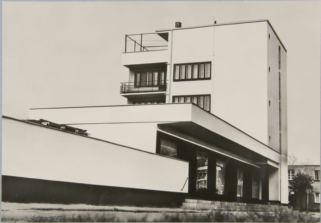 Unidentified photographer Bauhaus Building, Dessau, 1925-1926 l