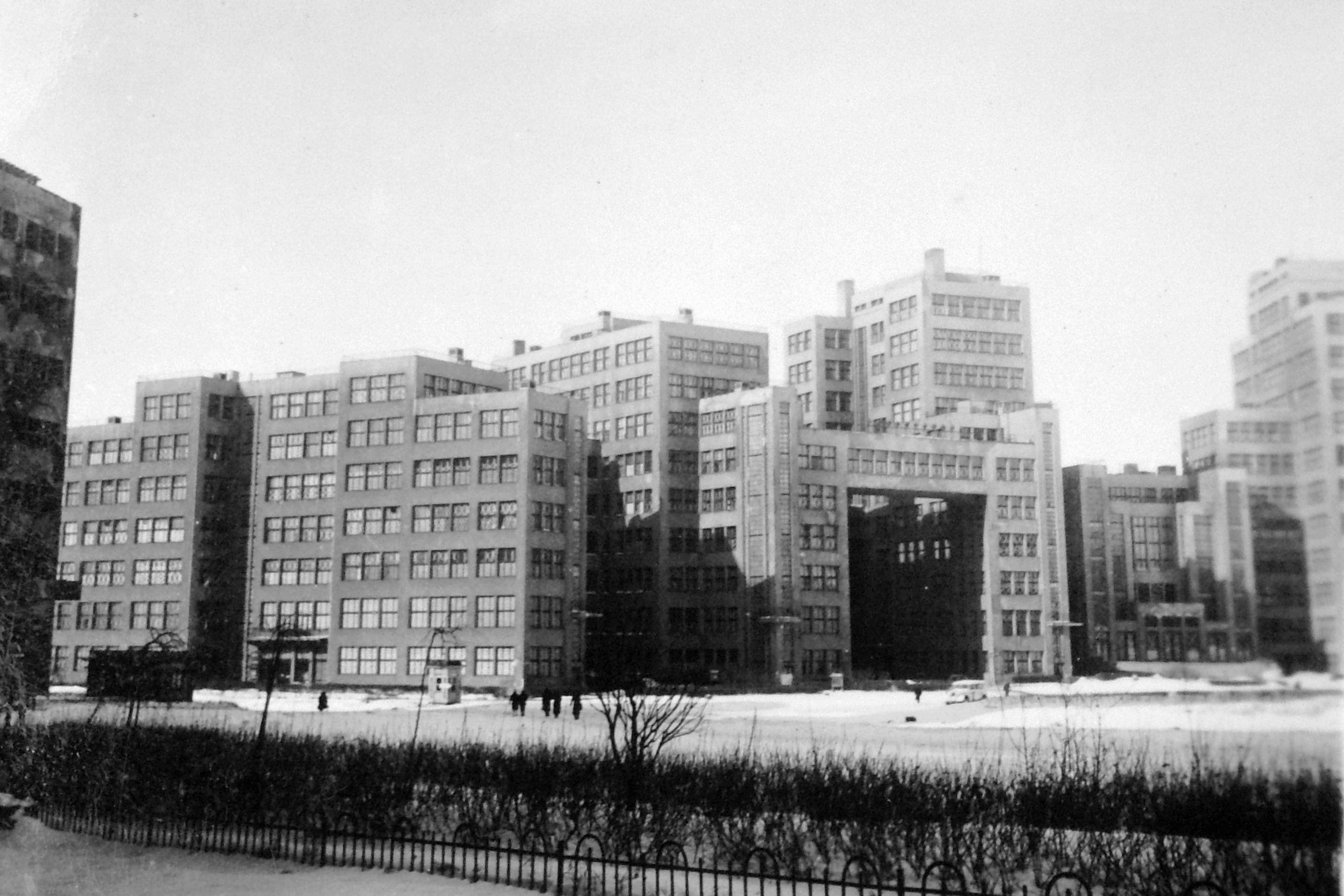 Gosprom_Dzerjinskaya-ploshad_Harkov_1942_LGadoros