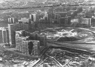 This shot was made in 1943. In the foreground - badly damaged House of Projects, a smaller, lighter built part of the Dzerzhinsky Square ensemble (rebuilt after the war)